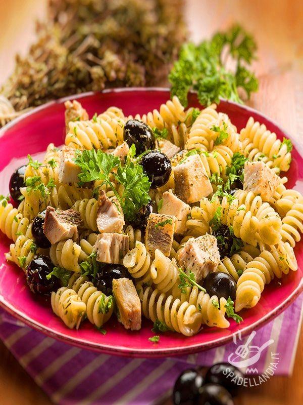 I Fusilli al tonno e olive sono un primo piatto stuzzicante e rapidissimo da cucinare: una ricetta tanto semplice quanto squisita. #pastatonnoeolive
