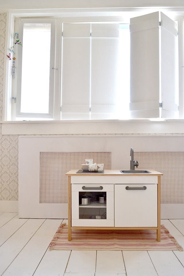 FRIVOLE INSTAGRAM -Bella's room zelfgemaakte handmade witte luiken ikea playkitchen voddenkleed white floor