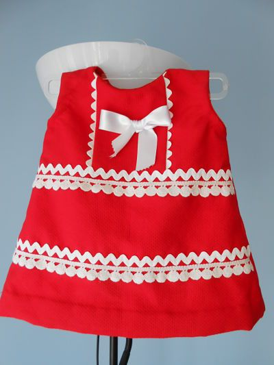 Conjunto de niña, talla 9meses. En piqué rojo con adornos en blanco. Vestido, capota y cubrepañal Consúltanos