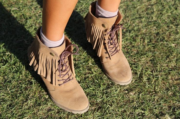 Street style: Coachella. Zapatos con flecos de Dimension Blue, una marca chilena.
