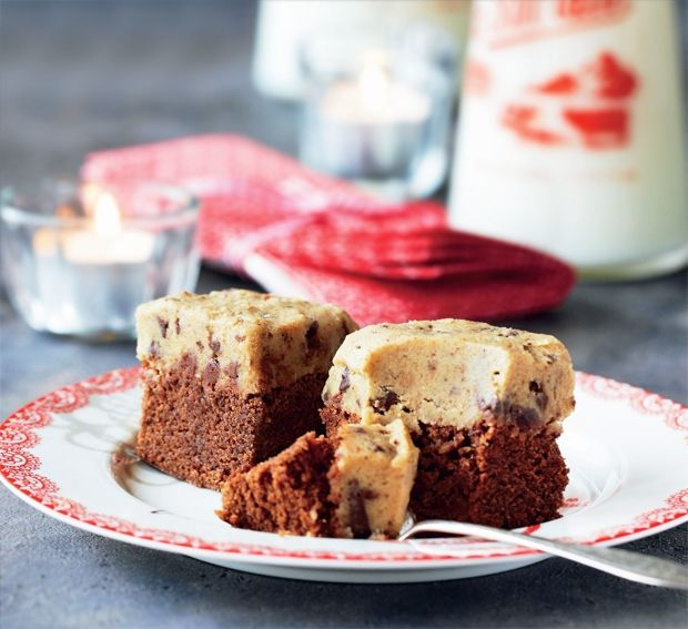 En svampet brownie med cookiedej-top