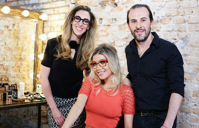 No primeiro episódio do Olho por Olho, Marcos Proença e Luiza Possi foram convidados para uma demonstração na prática de como usar óculos com maquiagem.