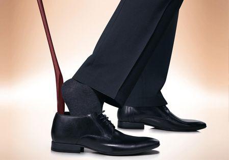 革靴を履くときに靴べらを使う