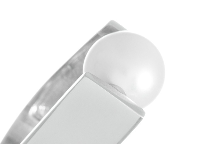Anillo Up.  Anillo de plata de ley con baño de rodio con perla de 12 m/m. Brazo del anillo en paredes lisaas y anchas: 11 m/m.