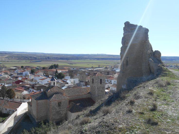 Restos de torre esquinera del Castillo del Piquillo y a sus pies, la Iglesia de San Andrés Apóstol y el resto de Fuentidueña