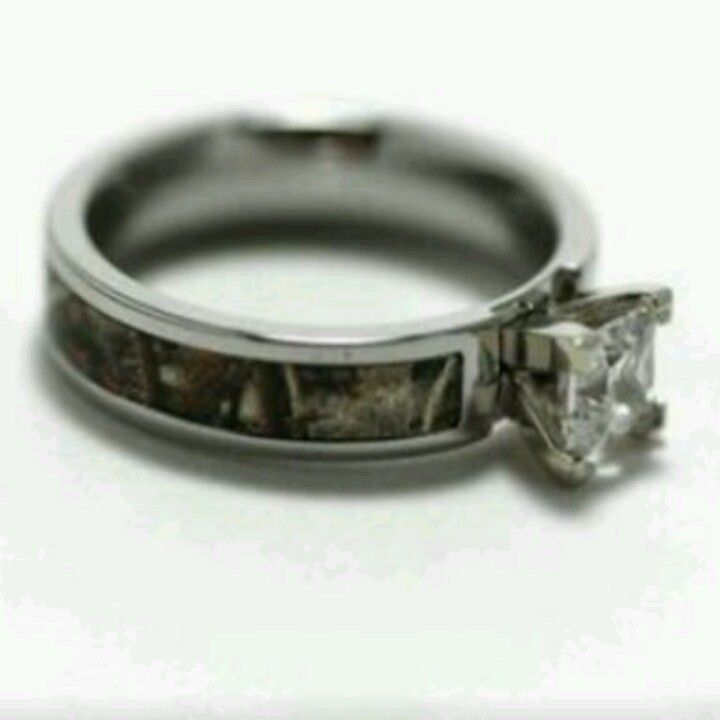 Loveeeeeeeee this!!!! Camo wedding ring