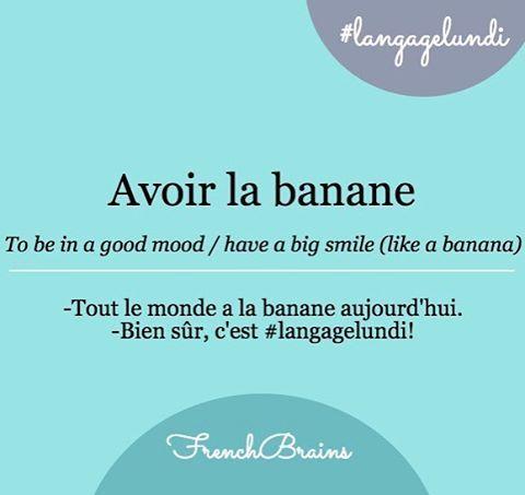 [a.vwaʁ la ba.nan] (fr., expr.) = 1- (fam.) arborer un grand sourire, être heureux, avoir la pêche, avoir la patate, 2- (argot) avoir une érection = (esp.) ponerse feliz, (angl.) to be in a good mood . Voir Wiktionnaire https://fr.wiktionary.org/wiki/avoir_la_banane, Reverso http://dictionnaire.reverso.net/francais-espagnol/avoir%20la%20banane