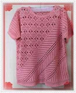 Blusa de croche rosa   Acho esta blusa de croche divina.   Um dia ainda vou fazer uma pra mim.         Blusa de croche filê