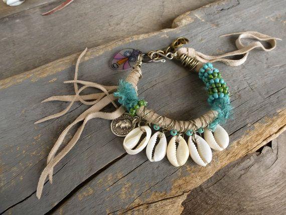 Playa pulsera, cuero flecos w turquesa, pulsera de la cáscara del Cowrie, Hippie, Boho, gitana pulsera, joyería de verano