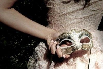 <p></p><p>Gente falsa não fala, insinua. Não conversa, gera intriga. Não elogia, adula. Não deseja, cobiça. Não colabora, interfere. Não participa, se infiltra. Não sorri, mostra os dentes. Não caminha, rasteja pela vida sabotando a felicidade alheia e sobrevivendo de seus restos. (Jô Soares)</p>