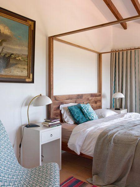 Dormitorio: cama con dosel en madera de teca