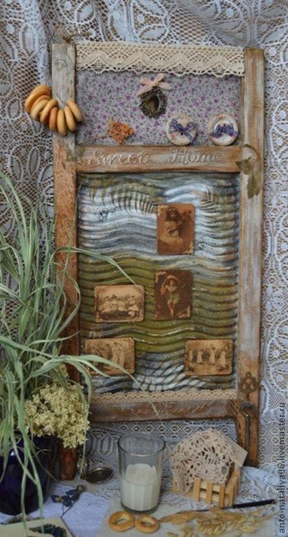 Доска-вешалка `В гостях у бабушки`. Стиральная доска, предмет домашней утвари прошлого века. Декорирована в смешанной технике. Пять магнитиков с винтажными фотографиями, два крючка, зеркальце, деревянные пуговки. Использовать можно как вешалку, доску…