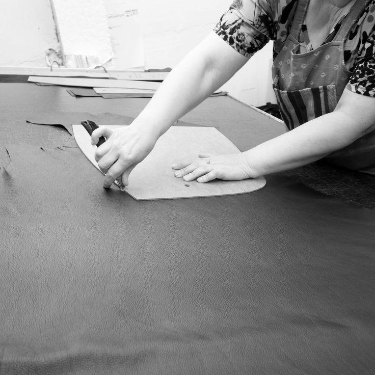 Työvaihe: Nahkavuodan leikkaus ✂ | Craft: Cutting a leather hide ✂ Tuotantolinja: Sohvat | Production line: Sofas  #pohjanmaan #pohjanmaankaluste #käsintehty