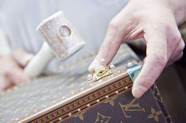 115.000 emplois dans le luxe en France, Bijoutier, maroquinier, styliste... les grandes marques du luxe ont besoin de main d'oeuvre très qualifié pour concevoir leurs produits hauts de gamme. C'est ainsi l'un des rares secteurs qui annoncent des recrutements en hausse, avec notamment 400 embauches prévues chez Hermès d'ici 2016. Dans ce diaporama, vous découvrirez quels sont les profils les plus recherchés.Retrouvez les offres d'emploi du secteur luxe sélectionnées par notre partenaire…