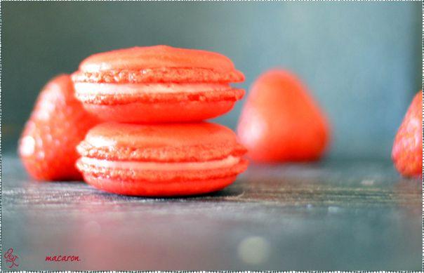 Weiße Schokolade und Erdbeeren passen perfekt zusammen, fast so als wären sie für einander erschaffen worden... Macarons mit Erdbeer-Ganache.