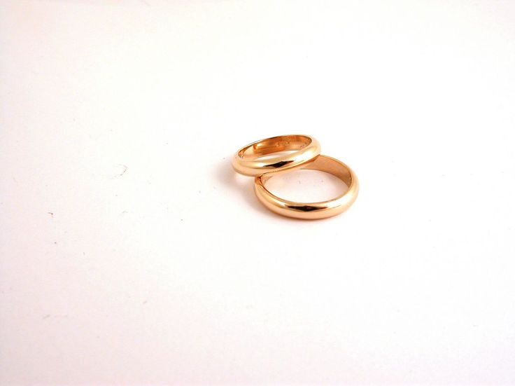 Classic - Rings yellow - Wedding. Two wedding rings 18 caratyellow gold(kt): 9.00 grams (gr) both.Wide: 0.35 mm.Size: 7.5/5 inches (Usa)  15/10 mm (Italy).Price: 550.00 euro (included tax 22%).