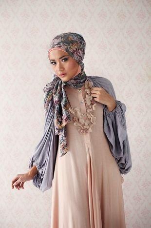 Svårt att avgöra om det är en blus utanpå en enkel abaya, eller en abaya som är designad på det sättet. Snyggt i vilket fall som helst.