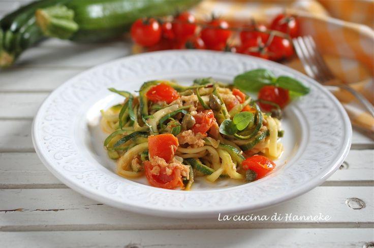 Spaghetti di zucchine con tonno, limone e pomodorini | Ricetta leggera