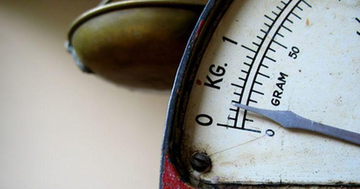 Conversión de libras a galones. Las libras se usan para medir pesos, mientras que los galones se usan como medida de volumen. No obstante, es posible convertir libras en galones (y viceversa) si sabes el peso por galón de un líquido. El líquido más común en estas conversiones es el agua, de quien un galón (3,8 l) pesa aproximadamente 8,345 libras (3,8 kg).