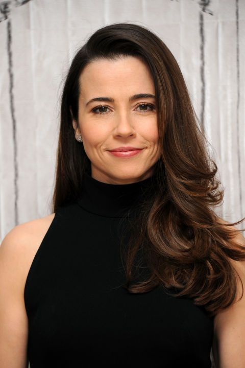 Soft Definition – Loosely-curled ends look extra-polished on Linda Cardellini. Use a larger round brush to achieve the same smooth bounce, or a smaller one for extra lift. Click through for more long hairstyles.