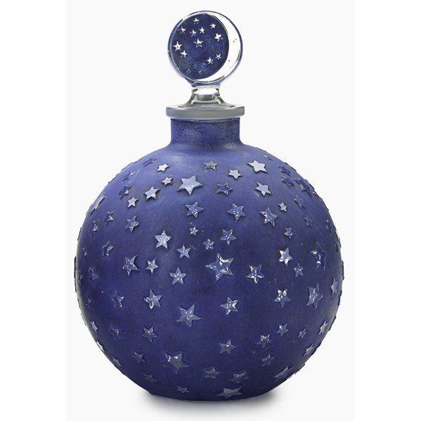 Dans la nuit : René Lalique. Flacon en verre bleu, soufflé, moulé, patiné.