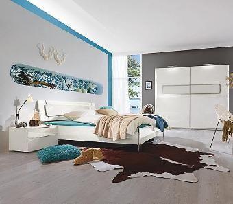 Weißer Perlglanz und dekorative Metallelemente vereinen sich zu einem stilvollen, modernen Schlafzimmer.