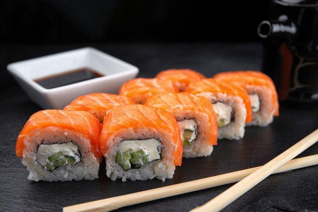 Суши-ролл филадельфия, со сливочным сыром и лососем, на черном фоне | Роллы, Суши, Салат из помидоров