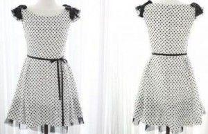 Omuzlarında püsküller bulunan beyaz puantiyeli elbise