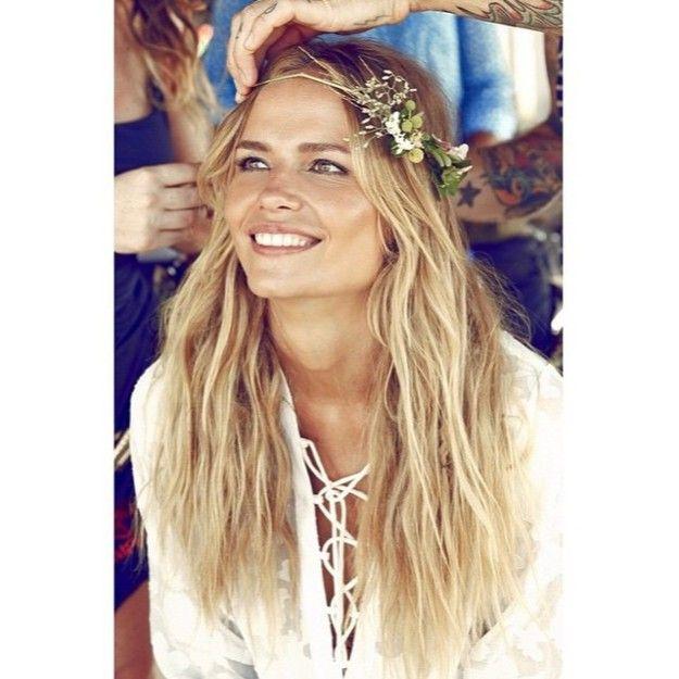 Para bodas en la playa o en el campo, te gustará este look de melena suelta y de aires boho con corona de flores frescas que lleva Natasha Poly. / Foto: Instagram @natashapoly