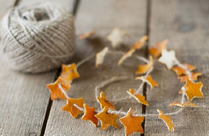 Vackert och väldoftande julpyssel, precis så som vi vill ha det kring juletid. Så gör du världens enklaste, och finaste julpyssel, en girlang av apelsinskals-stjärnor.