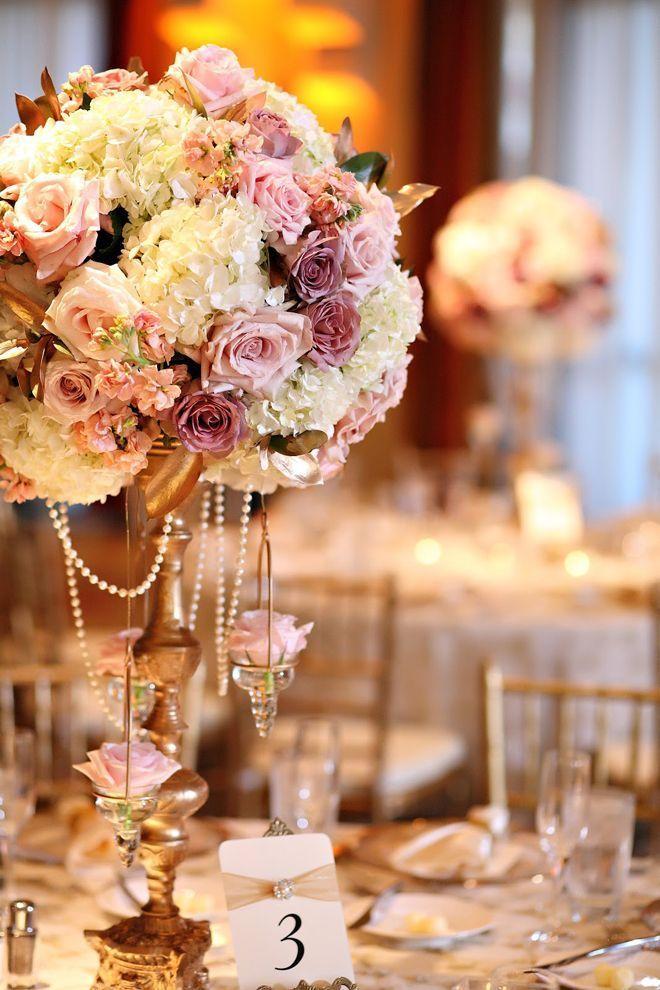 Centro de flores vintage adornado con perlas para una celebración de lujo