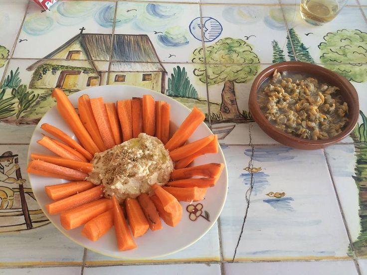Seguramente ya muchos de vosotros estaréis de #vacaciones así que... ¡disfrutad de la hora del #aperitivo! Susi Gozalvo, directora de la película #Zhao, nos envía esta imagen de un aperitivo en su casa. Berberechos y #hummus con aceite, sésamo y unas barritas de zanahoria. #Gourmet #LaCuina #sabercomer.