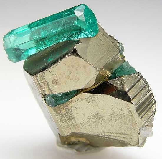 Béryl var. Emeraude sur Pyrite. Taille=1.2 cm:(www.facebook.com/GRAINE.DE.MARIN)