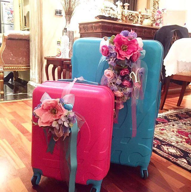 WEBSTA @ tuanahediyelik - #turkuazilefuşya beraber ne kadar güzel değil mi?Nişan bohçası yerine birbirlerine hediyelerini sonradan kullanmak üzere bavul ile götüren çiftimizin Manolyalı bavul süsleri @tuanahediyelikSoranlar için bavullar #Benetton