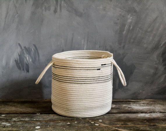 Gemaakt van katoenen touw door Zig zag ^^ korte natuurlijke witte opslagplaats steek manier. Deze mand is ^^ perfect voor: -opslag uw tijdschriften -opslag uw handdoeken -zeep en shampoo in de badkamer -pot plant -opslag hobby staven -vele anderen ^^ Afmetingen; -Diameter - 20 cm (7,9 inch) -Hoog - 20 cm (7.9 iinch) ^^ Care: ter plaatse schoon met water en zeep of handwas zachtjes. ^^ Shipping: 8-10 werkdagen levertijd, luchtpost met een tracking-nummer uit Bulgarije  ^^ Voor meer van onze…