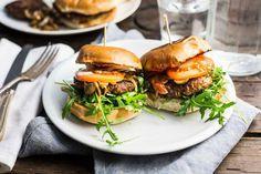 Recept voor zelfgemaakte hamburgers voor 4 personen. Met witte bol, gehakt, tomaat, champignon, ui, rucola, ei, paneermeel, ketjap, tomatenketchup en mayonaise