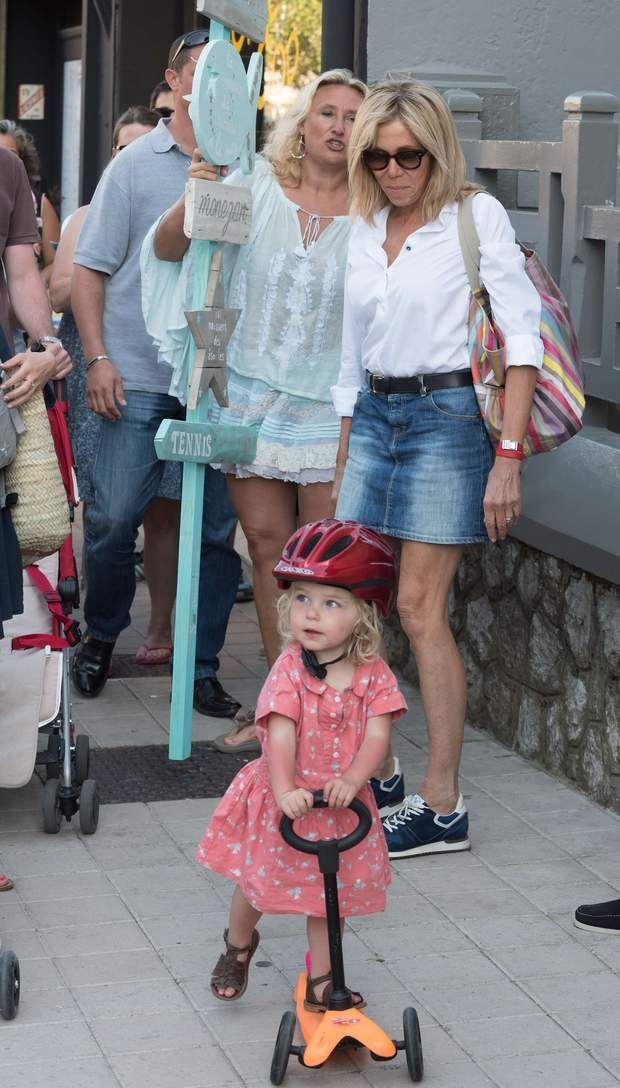 Brigitte Macron : sa balade à vélo en mini-jupe enflamme le Touquet