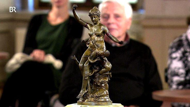 Figurenuhr -  Zwischen1890 und 1900, als grüner Onyx groß in Mode war, ist diese historistische Kaminuhr mit aufgesetzter Reduktionsbronze aus Spritzguss nach einer Figur des französischen Bildhauers Jean Garnier, entstanden.  Wert 600 - 800 €