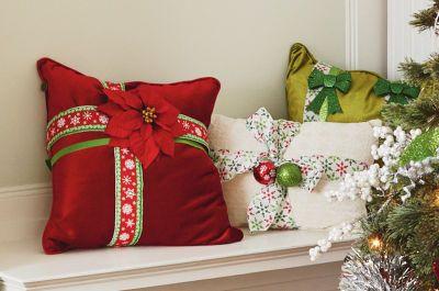 Noël au village : Coussins enveloppés de ruban