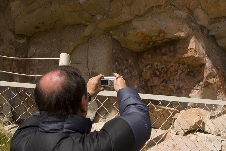 La Cueva de las Manos, ubicada en el cañadón del valle del Alto Río Pinturas, al sur de la localidad de Perito Moreno, es una de las manifestaciones de arte rupestre más significativas de la Patagonia, declarada Patrimonio Cultural por la UNESCO en 1999.  #PeritoMoreno | #Perito | #Moreno | #Argentina #ArgentinaEsTuMundo | #Patrimonio #PatrimonioMundial | #Paisaje | #Unesco | #Cueva | #Manos | #CuevaDeLasManos
