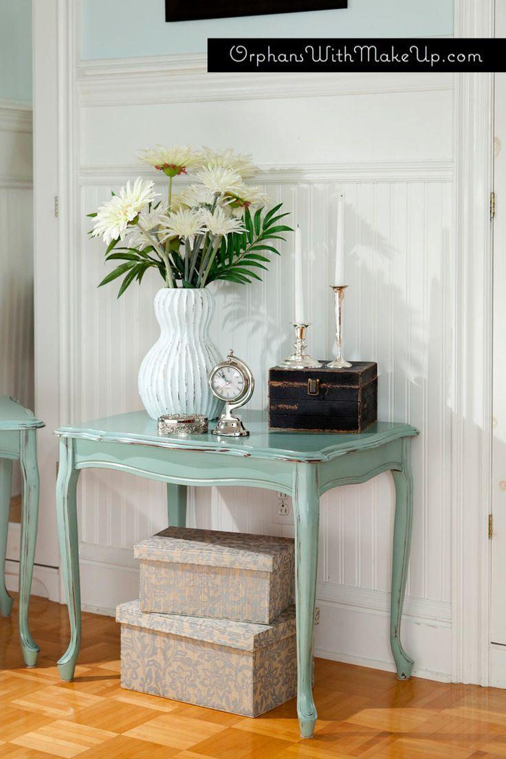"""Le tabelle laterali dipinte con Annie Sloan Gesso Paint in """"uovo di anatra blu"""""""