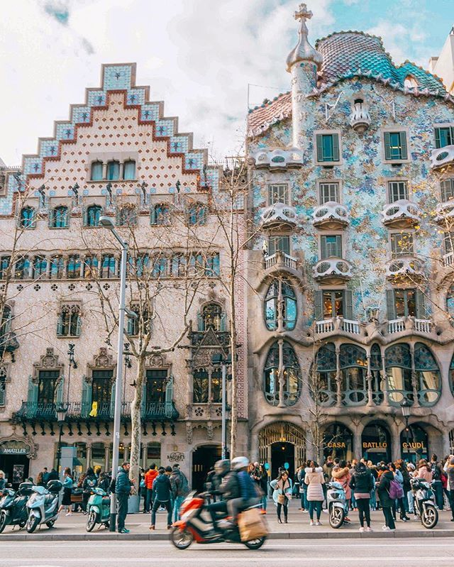 𝘈𝘯𝘺 𝘎𝘢𝘶𝘥𝘪 𝘧𝘢𝘯𝘴 𝘩𝘦𝘳𝘦? Antoni Gaudi is the creative artist responsible for designing some of the most colorful and famous sights in Barcelona. It is hard not to notice one of his creations while strolling through the city. Casa Bartlló is definitely one of my favorites!  #havesomecolor