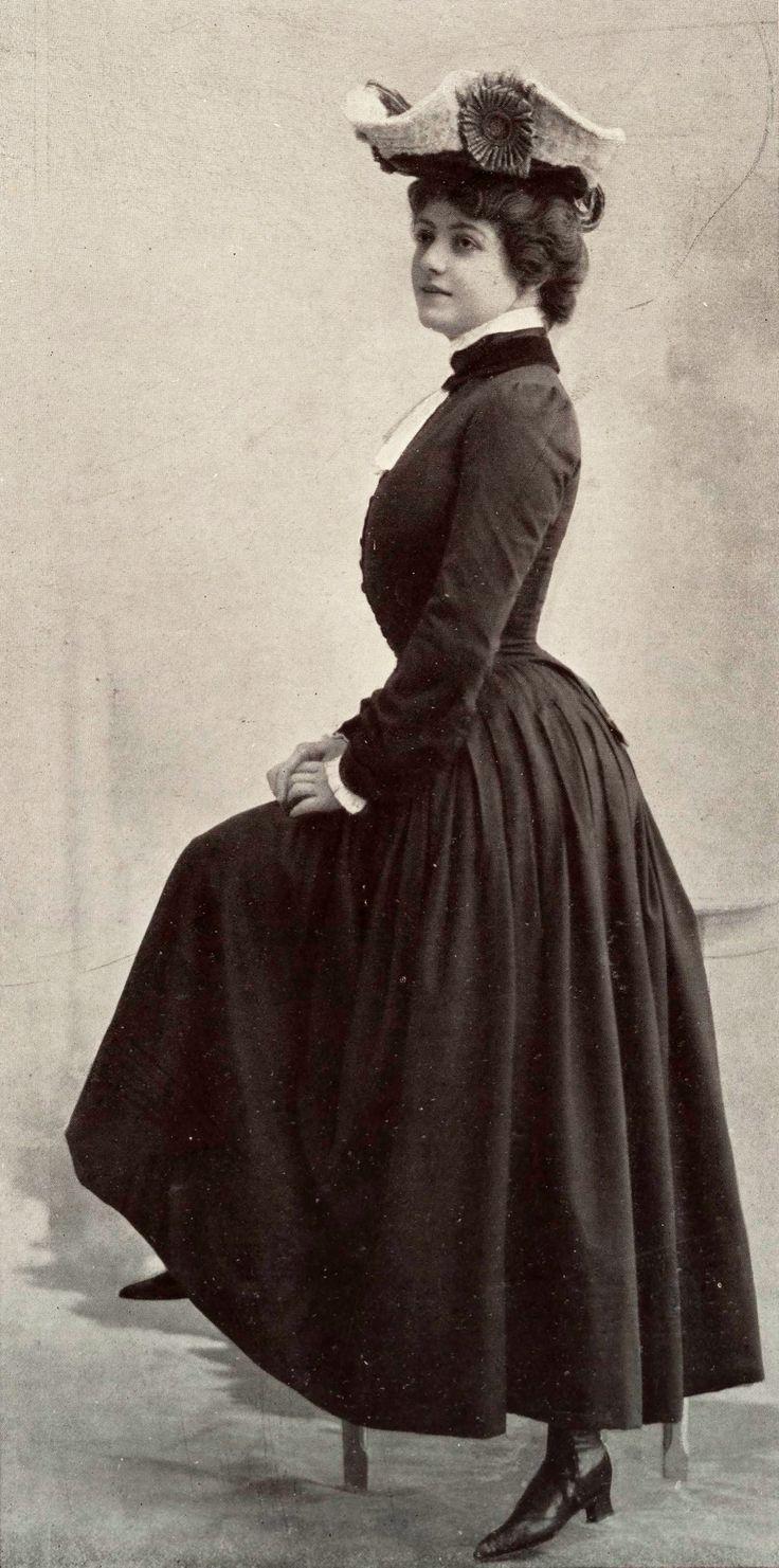 Novembre 1901, Les Modes Paris - Mlle Maud Amy du Théâtre des Bouffes-Parisiens porte une robe de chez Paquin