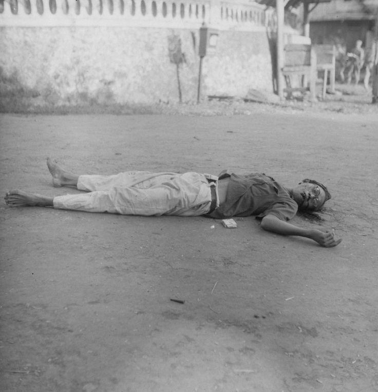 """Reportage / Serie [DLC] Politioneel optreden. Soerabaja 21-7-1947/22-7-1947 Beschrijving Surabaya-sector. """"Gevonden: een gesneuvelde Jap"""". Een Japanner dodelijk getroffen. Annotatie DjK Op zijn buik een pakje sigaretten, naast hem een tweede pakje"""
