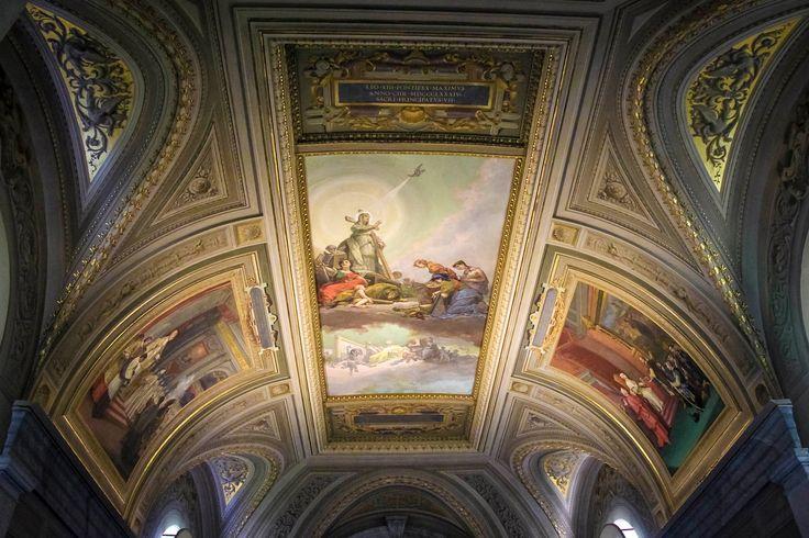 Ватикан😊 ещё одно удивительное место😊 . 🔸Крошечное независимое государство, которое было основано совсем недавно-в 1929 году. 🔸Его площадь всего лишь 0,44 квадратных километра, а численность населения 1000 человек) зато обслуживающего персонала на них трудится в три раза больше))) 🔸В самом маленьком государстве расположенывсевысшие органы управления римско-католической церковью, включая резиденцию Папы римского, поэтому многие приезжают не только на экскурсию, но и в надежде получить…