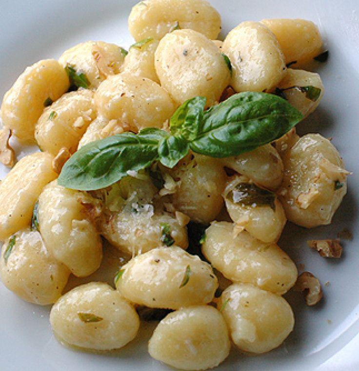 Rezept für Gnocchi in Basilikum-Butter bei Essen und Trinken. Ein Rezept für 2 Personen. Und weitere Rezepte in den Kategorien Kartoffeln, Nudeln / Pasta, Nüsse, Vorspeise, Hauptspeise, Kochen, Einfach, Gut vorzubereiten, Schnell, Vegetarisch.