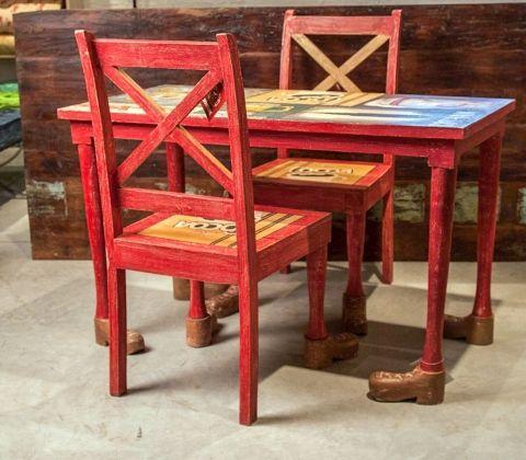 Яркий дизайнерский стол из масива палисандра, обутый в ботинки. Не удивляйтесь, если под столом всегда будет что-нибудь валяться, ведь все будут искат Массив палисандра