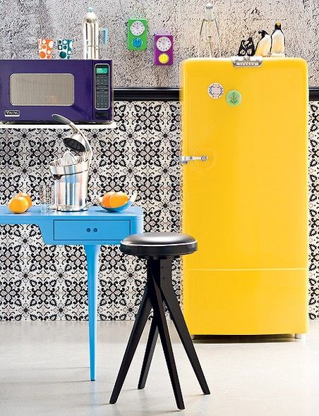 A geladeira vintage ganhou pintura automotiva amarela e colore a cozinha produzida por Camile Comandini e Regiane Mancini