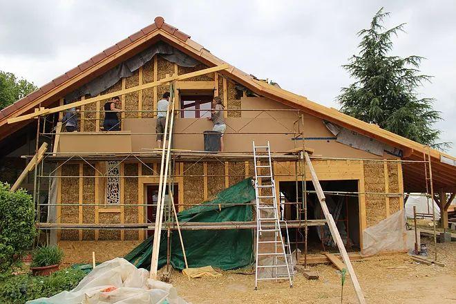 Projet d'extension de maison et d'isolation thermique par l'extérieur en bottes de paille et ossature bois en méthode GREB avec chantier participatif