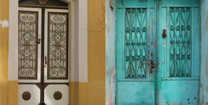 İzmir'in Tire ilçesinde, Rumlar, Yahudiler ve Türklerden kalan tarihi evlerin kapıları, yıllar önce yaşayan ev sahipleri hakkında ipuçları veriyor.